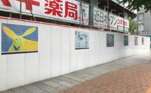 知的障がいのあるアーティストが描いた作品を現場に飾る